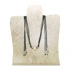collar adornos plateados y perla