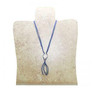 collar antelina azul con adornos plateados