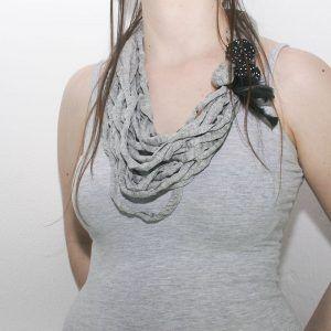collar trapillo gris